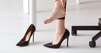Mujer tocándose los pies