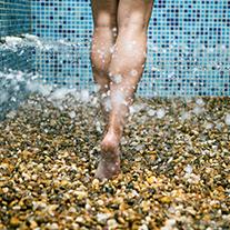 piernas caminadno en una piscina